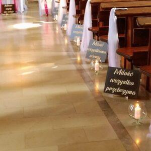 tabliczki z hymnem miłości